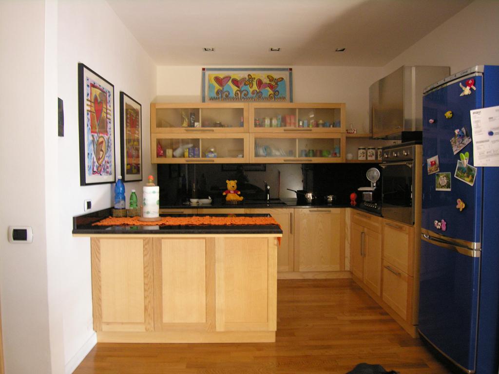 Mobili cucine sarzana la spezia - Cucina bianca top nero ...
